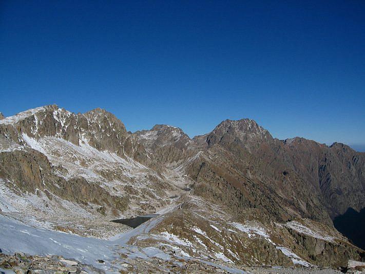 La balconata dei laghi di Fremamorta con, sullo sfondo, il Monte Matto e la Rocca di Valmiana