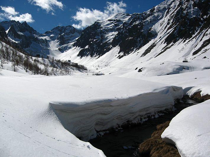 La spessa coltre di neve che raggiunge anche i due metri di spessore