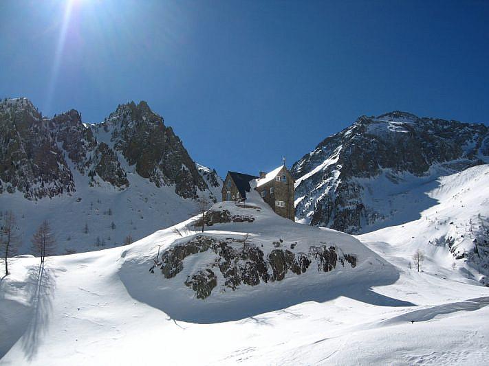 Il rifugio Migliorero davanti al Vallone dell'Ischiator