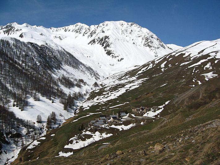 L'abitato Ferrere (1869 m) ai piedi del Monte Pe Brun (2797 m)
