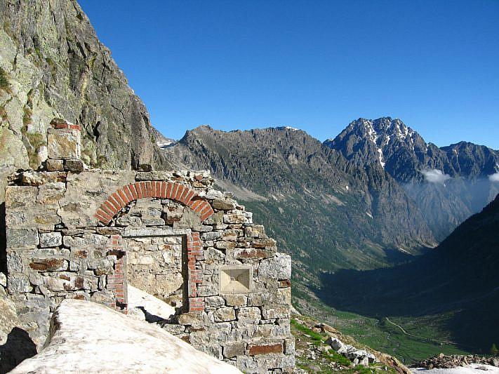 Dalla vecchia postazione militare verso il Monte Matto (3097 m)