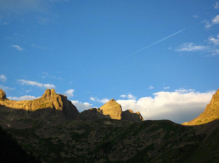 La Rocca Rossa (2995 m) al centro