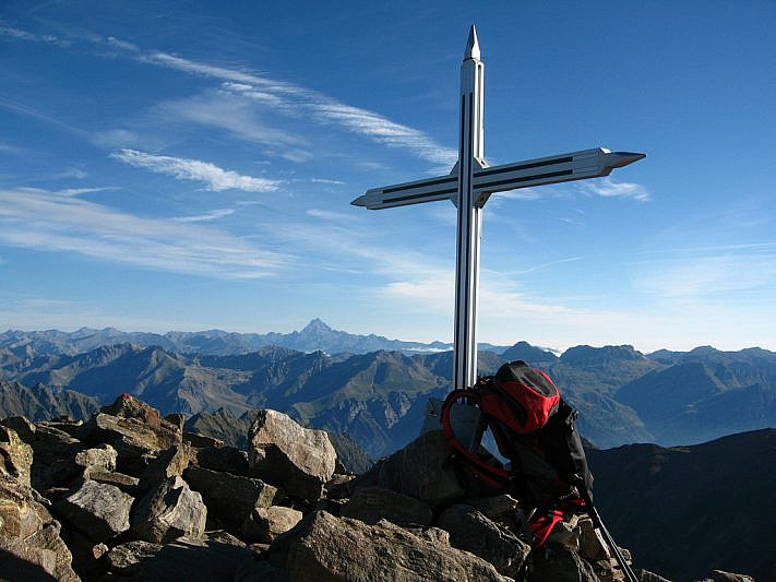 La croce di vetta del Becco Alto dell'Ischiator