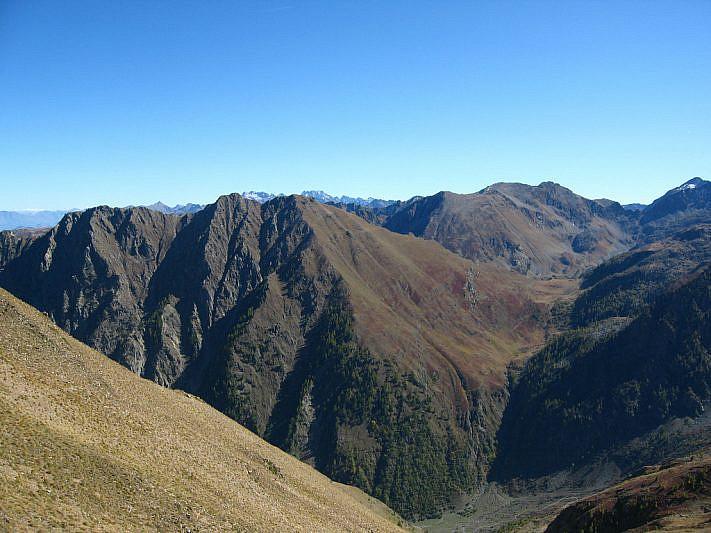 Panorama versio il colle sottano di Scolettas (2223 m) e il passo di Rostagno (2536 m)