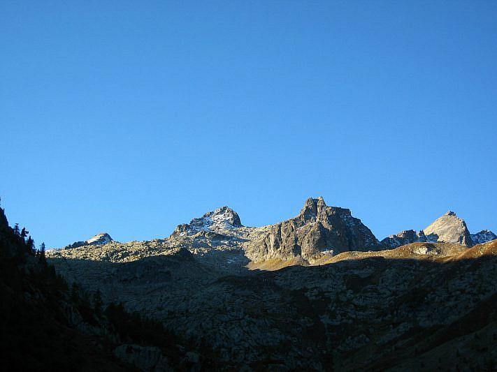 Lo spettacolo mattutino di montagne dal laghetto dell'Ausarel