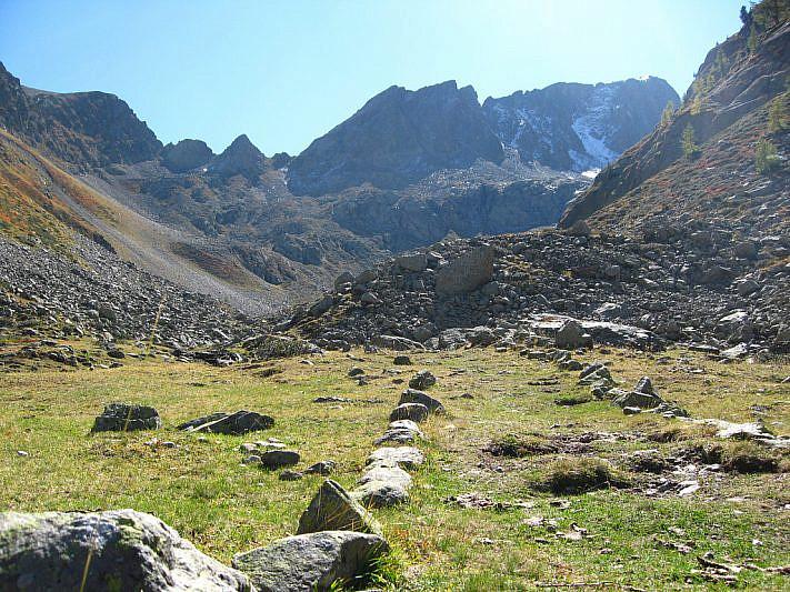 Panorama dalla Bassa verso il Passo Rostagno (2536 m) e la Comba di Schiantalà