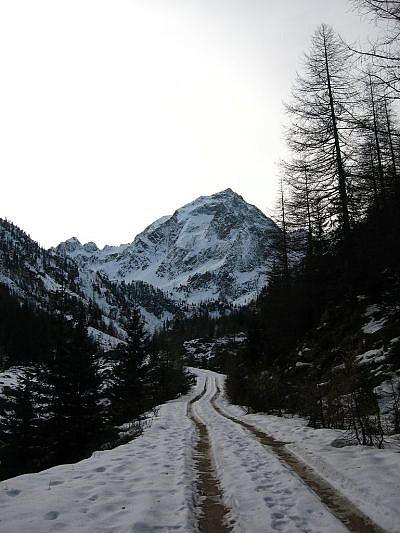 Avvicinamento ai piedi del Malinvern (2939 m; mimetizzato al centro della foto si trova il Rifugio Malinvern)