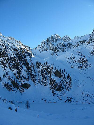 Nell'ombra, il laghetto ghiacciato del Malinvern (2122 m)