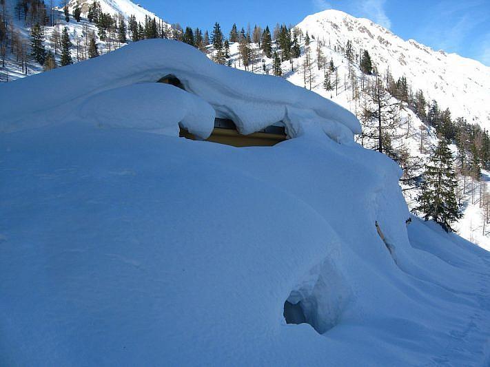 Il rifugio De Alexandris interamente ricoperto di neve