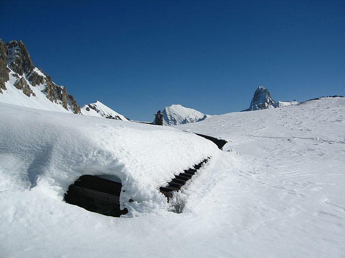 Costruzione sommersa dalla neve