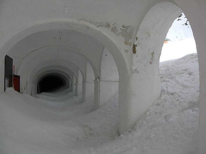 I portici invasi dalla neve