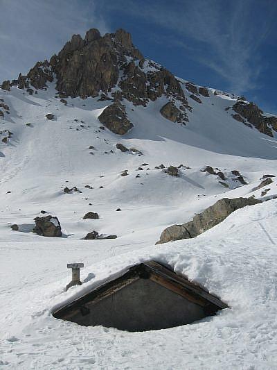 Baita nella neve sotto il Bec du Lièvre