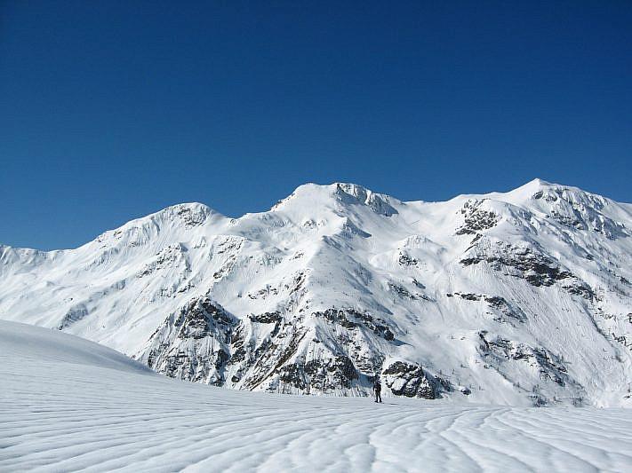 La cima Viribianc (2477 m) al centro della foto