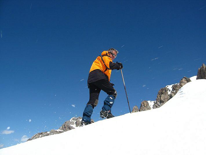 Il vento trasporta con forza impressionante le scaglie di neve ghiacciate sollevate dai ramponi