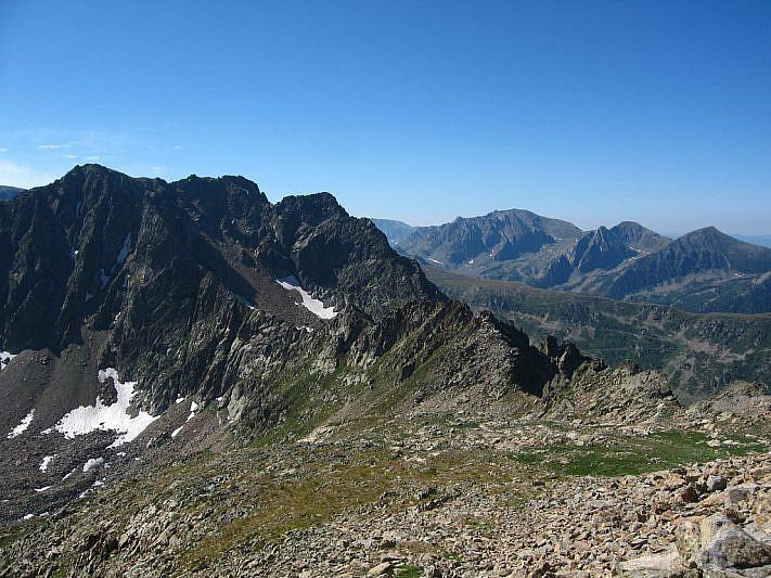 Alle nostre spalle, verso la cima (2745 m) e il colle (2585 m) Aver