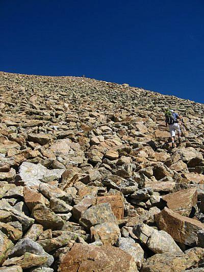 Lunga pietraia prima della vetta