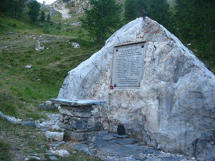 Lapide degli Alpini incontrata sul percorso