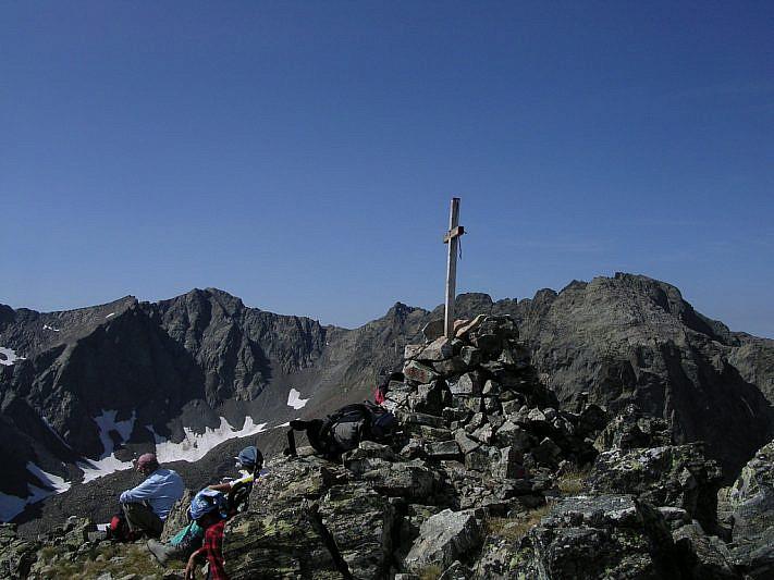 Dalla cima: a sinistra il Tenibres (3031 m), a destra l'Ubac (2991 m)