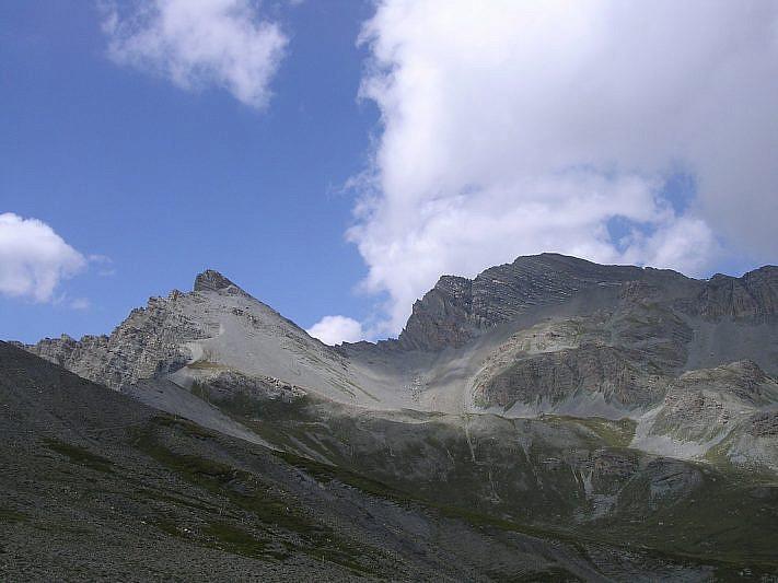 Rocca dei Tre Vescovi a sinistra e l'Enciastraia a destra