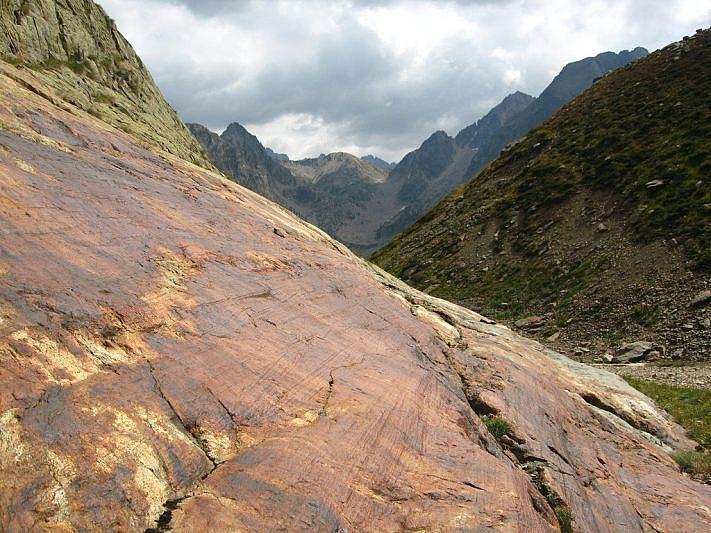 Rocce rigate, in tempi remoti, dallo sfregamento del ghiacciaio