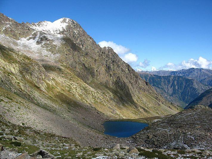 Il lago di mezzo con vista sulla Rocca di San Bernolfo