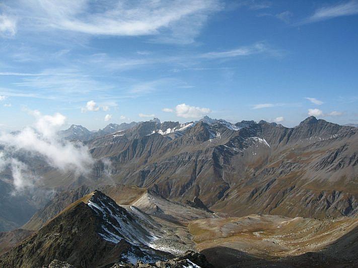 A sinistra il Monte La Vigna e il Colle del Reisassetto