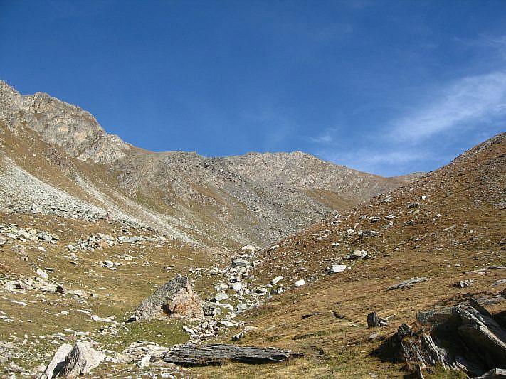 Al fondo il Monte Ferra (3094 m)