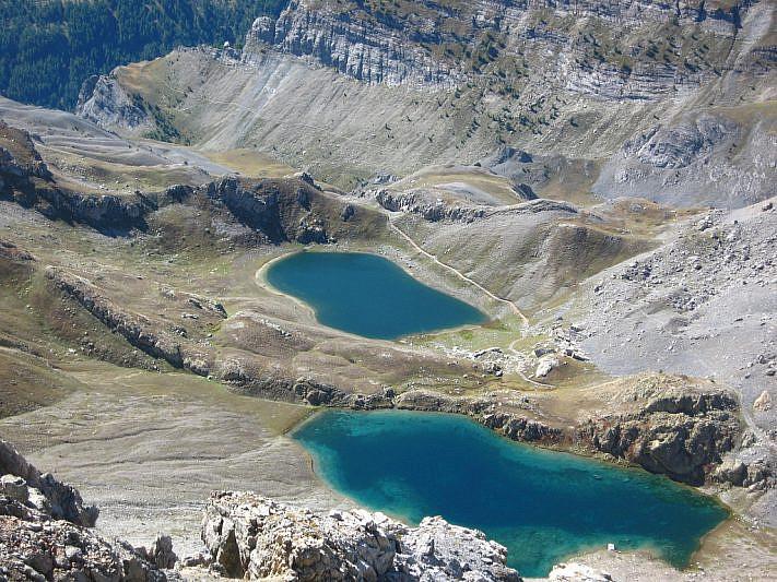 Dalla Cima: in alto a sinistra si intravede la Tinetta e i laghi inferiore e mediano di Roburent