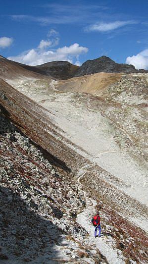 Sul fondo, a sinistra, il Passo del Lauset (2889 m)