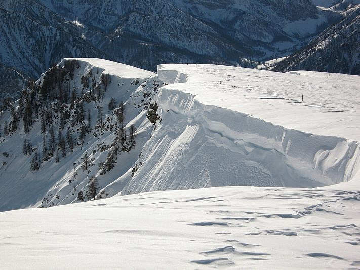Cornici nevose sporgenti incontrate nel tratto di discesa