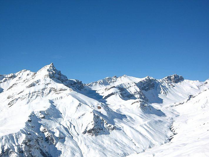 Il Monte Cervet è quel dente a sinistra; l'ultimo, in fondo al vallone a destra, è l'Albrage