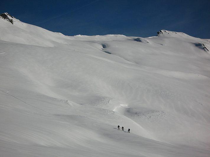 Sciatori nel mare di neve
