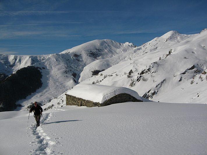 Salita alle spalle del Gias della Sella. In lontananza i Monti Gorfi e Peracontard