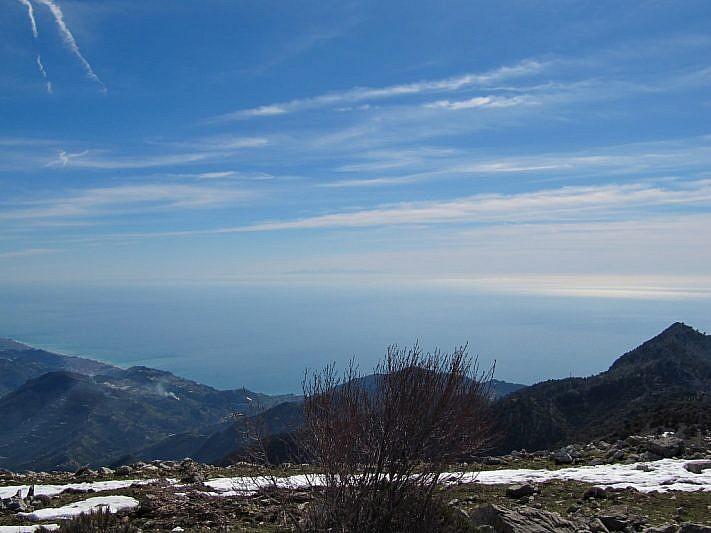 In lontananza si intravede la Corsica (al centro della foto)