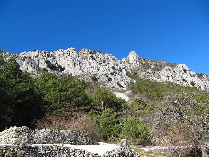 Parete di rocce calcaree nei pressi del rifugio