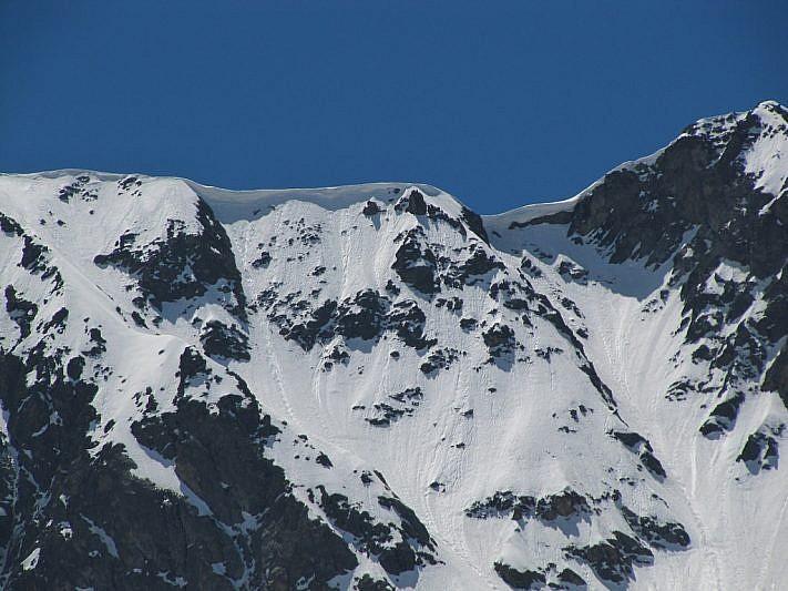 Cornici sporgenti di neve