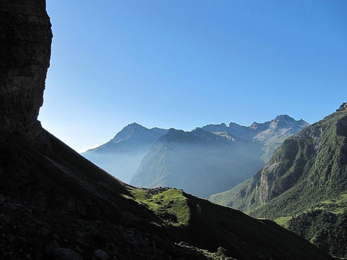 In salita, all'ombra della Rocca Senghi. Al fondo il Pelvo d'Elva e la Rocca Marchisa