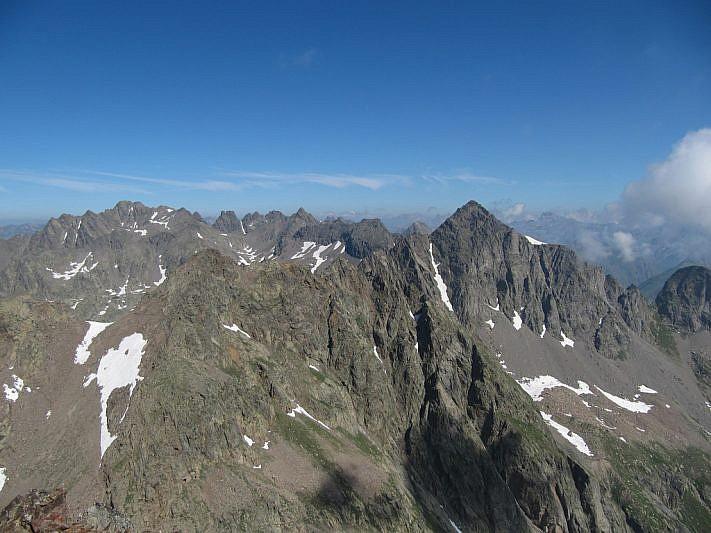 Veduta sul Becco Alto dell'Ischiator, a destra, e Tenibres sul fondo all'estrema sinistra