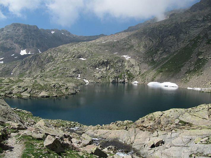 Una roccia, sulla sponda sinistra del lago, ci attende per il pranzo