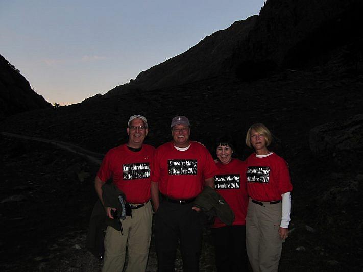 """Da sinistra: Bruce, Steve, Paula e Stephanie ci fanno la sorpresa indossando, a nostra insaputa, una maglia con la scritta """"Cuneotrekking Settembre 2010""""!"""