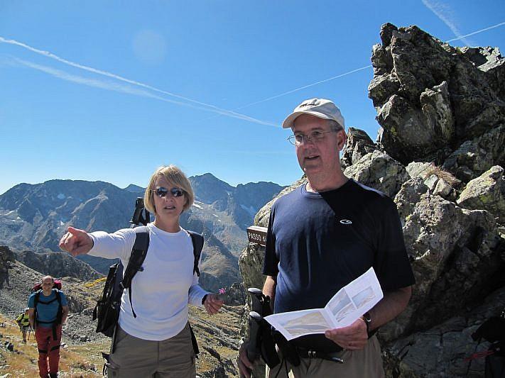 Stephanie e Bruce osservano dal passo, cartina alla mano, il luogo dell'impatto aereo