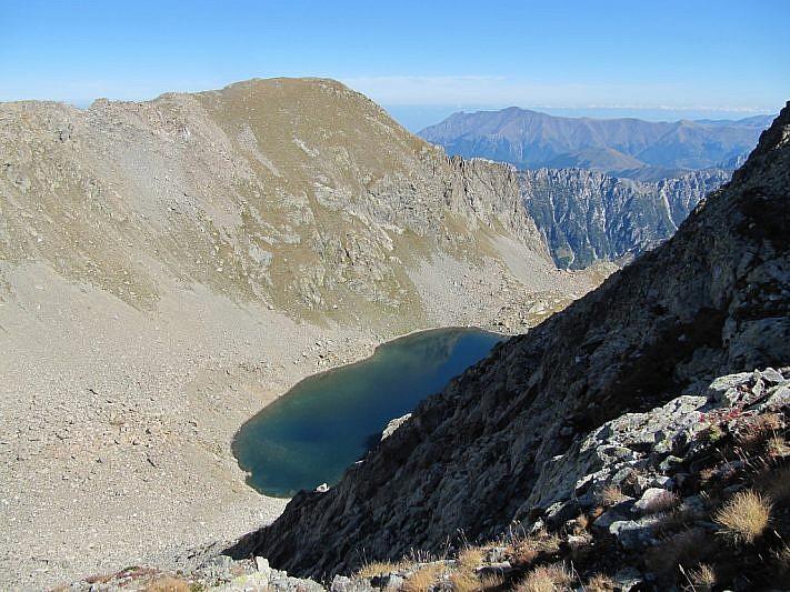 Il lago Carbonè giace ancora 200 metri sotto di noi