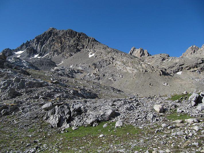 A sinistra la vetta piramidale del Monte Sautron