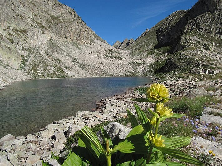 Lago inferiore di Fremamorta (2359 m) e colletto del Valasco (2429 m) sul fondo