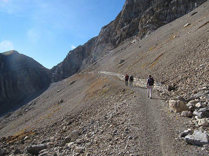 Al fondo si intravede il passo di Rocca Brancia (2620 m)