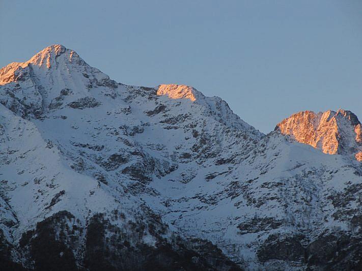Il sole fa la comparsa sulla Cima del Lausetto (2687 m), a sinistra e sull'Asta (2950 m) al fondo a destra