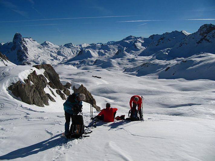 Preparativi per il pranzo con vista sulla Gardetta (al centro della foto si vede il rifugio)