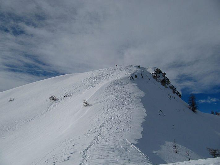 Il panettone di neve alla sinistra del colle che ci accingiamo a salire