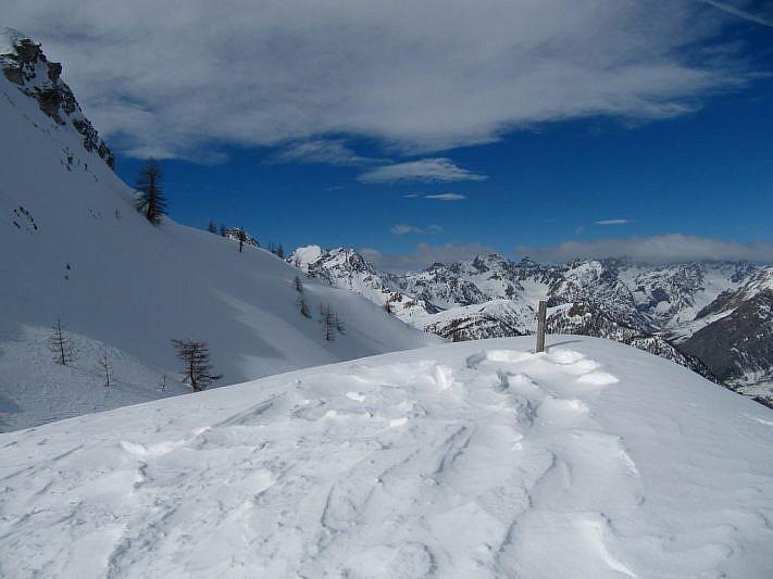 A sinistra del paletto di legno si intravede il Monte Estelletta e, a destra, il Monte Midia