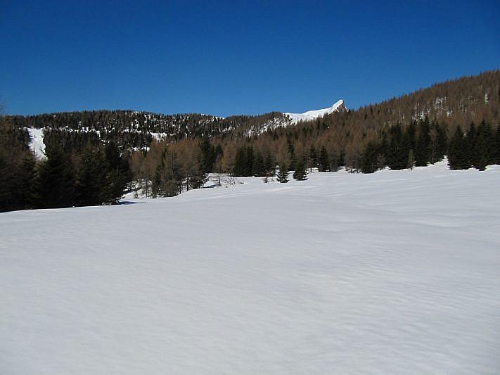 Dal pianoro è visibile, al fondo, la Rocca Radevil